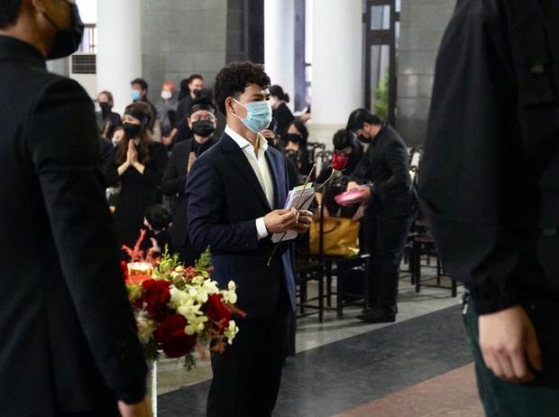 Bên trong lễ tang NSND Hoàng Dũng: Giới nghệ sĩ nghẹn ngào, mắt đỏ hoe trong giờ phút tiễn đưa linh cữu về nơi an nghỉ - Ảnh 12.