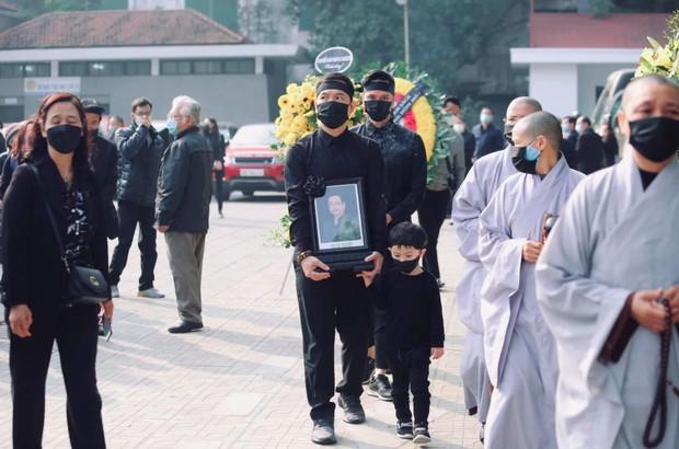 Tang lễ cố NSND Hoàng Dũng: NS Xuân Bắc - Huỳnh Anh cùng dàn nghệ sĩ đến tiễn biệt, linh cữu được đưa đi an táng - Ảnh 16.
