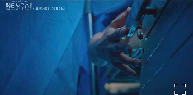 4 thuyết âm mưu bay màu qua 2 tập đầu Penthouse 2: Fan chị đẹp Lee Ji Ah cất poster vào góc là vừa? - Ảnh 7.