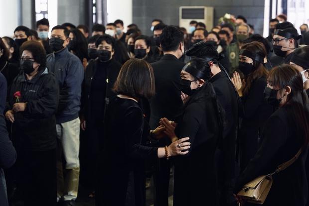 Tang lễ cố NSND Hoàng Dũng: NS Xuân Bắc - Huỳnh Anh cùng dàn nghệ sĩ đến tiễn biệt, linh cữu được đưa đi an táng - Ảnh 22.