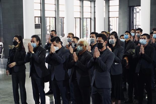 Tang lễ cố NSND Hoàng Dũng: NS Xuân Bắc - Huỳnh Anh cùng dàn nghệ sĩ đến tiễn biệt, linh cữu được đưa đi an táng - Ảnh 14.