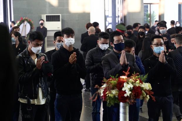 Tang lễ cố NSND Hoàng Dũng: NS Xuân Bắc - Huỳnh Anh cùng dàn nghệ sĩ đến tiễn biệt, linh cữu được đưa đi an táng - Ảnh 13.