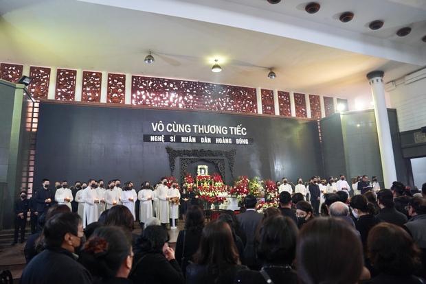 Tang lễ cố NSND Hoàng Dũng: NS Xuân Bắc - Huỳnh Anh cùng dàn nghệ sĩ đến tiễn biệt, linh cữu được đưa đi an táng - Ảnh 23.