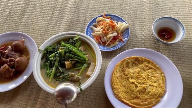 Đến đền thờ Tổ nghiệp của chú Hoài Linh, Thu Trang và Tiến Luật được chiêu đãi bữa cơm giản dị nhưng cực kỳ ấm áp - Ảnh 1.
