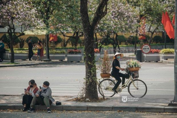 Hà Nội đẹp mê mẩn trong sắc tím hoa ban rợp trời, dân tình rần rần rủ nhau về con đường nổi tiếng chụp ảnh - Ảnh 13.