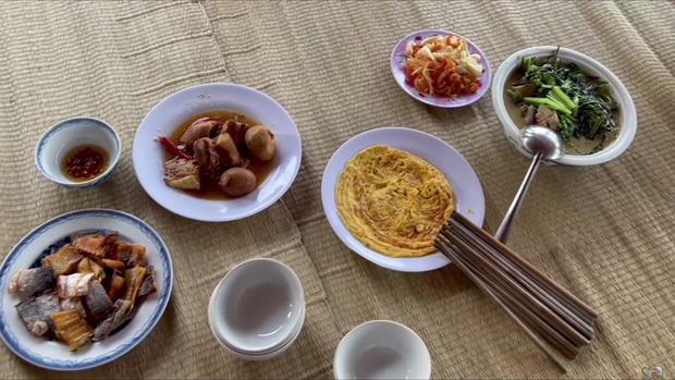 Đến đền thờ Tổ nghiệp của chú Hoài Linh, Thu Trang và Tiến Luật được chiêu đãi bữa cơm giản dị nhưng cực kỳ ấm áp - Ảnh 2.