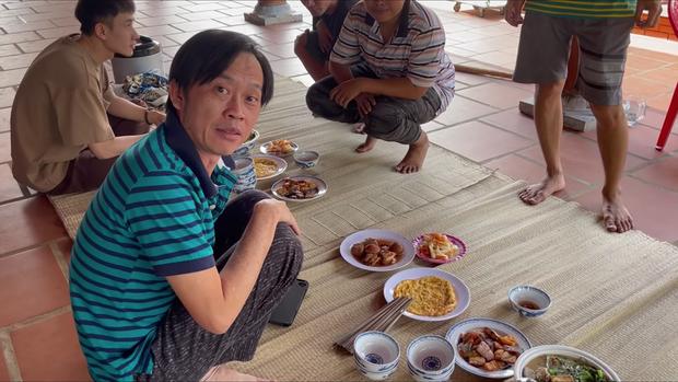 Đến đền thờ Tổ nghiệp của chú Hoài Linh, Thu Trang và Tiến Luật được chiêu đãi bữa cơm giản dị nhưng cực kỳ ấm áp - Ảnh 4.