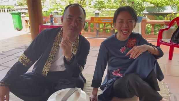 Đến đền thờ Tổ nghiệp của chú Hoài Linh, Thu Trang và Tiến Luật được chiêu đãi bữa cơm giản dị nhưng cực kỳ ấm áp - Ảnh 5.