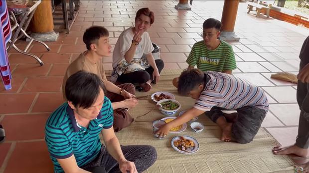Đến đền thờ Tổ nghiệp của chú Hoài Linh, Thu Trang và Tiến Luật được chiêu đãi bữa cơm giản dị nhưng cực kỳ ấm áp - Ảnh 6.