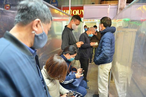 Hà Nội: Người đàn ông có mặt từ hơn 3h sáng, chờ đợi để xếp hàng mua vàng ngày vía Thần Tài - Ảnh 1.