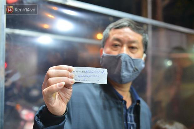 Hà Nội: Người đàn ông có mặt từ hơn 3h sáng, chờ đợi để xếp hàng mua vàng ngày vía Thần Tài - Ảnh 3.