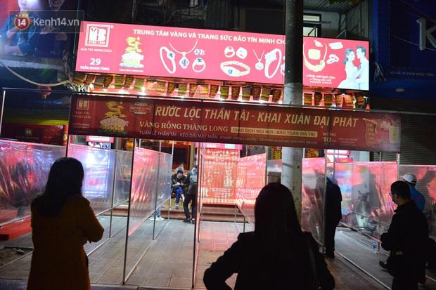 Hà Nội: Người đàn ông có mặt từ hơn 3h sáng, chờ đợi để xếp hàng mua vàng ngày vía Thần Tài - Ảnh 5.