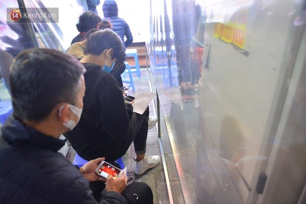 Hà Nội: Người đàn ông có mặt từ hơn 3h sáng, chờ đợi để xếp hàng mua vàng ngày vía Thần Tài - Ảnh 6.