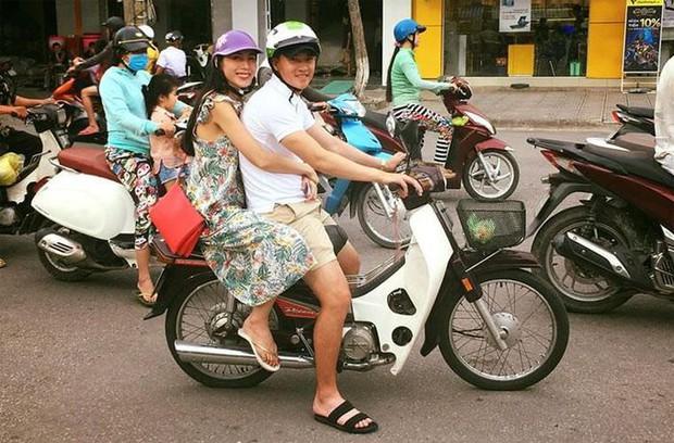 Công Vinh mặc giản dị, mang dép lê đèo Thuỷ Tiên trên chiếc xe máy cũ: 13 năm bên nhau mà đáng yêu như mới hẹn hò! - Ảnh 4.