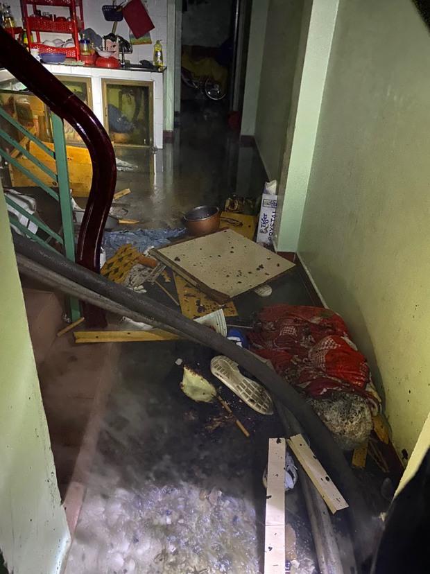 TP.HCM: Cả gia đình cảm động vì Cảnh sát kịp thời bảo vệ được tiền và vàng sau đám cháy dữ dội - Ảnh 1.