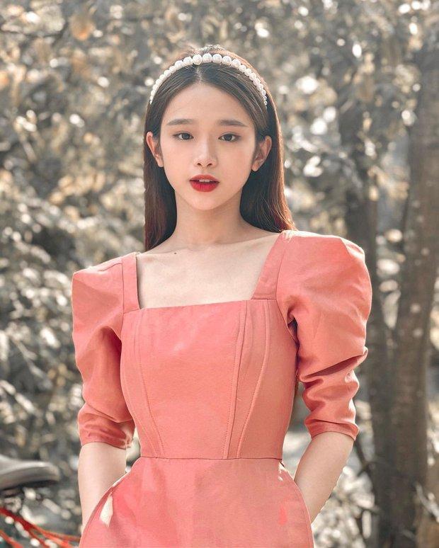 Cùng đụng hàng 1 mẫu áo dài : Chi Pu, Linh Ka thêm bờm sang chảnh, Phí Phương Anh búi tóc kiêu kì - Ảnh 2.