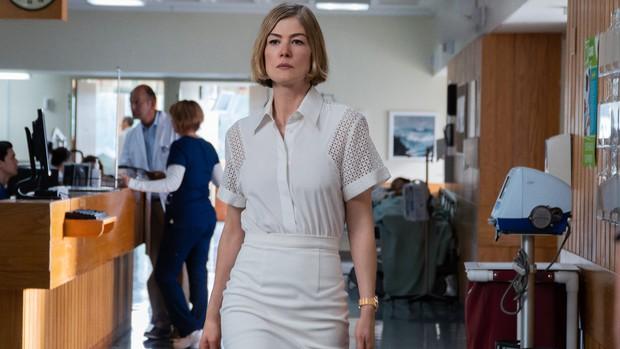 I Care A Lot: Siêu phẩm nối bước Gone Girl cực sốc, cua gấp liên tục đỉnh như Penthouse với mỹ nữ lừa đảo căng đét khét lẹt - Ảnh 10.