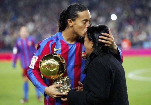Mẹ Ronaldinho qua đời ở tuổi 71 sau khi nhiễm Covid-19 - Ảnh 1.