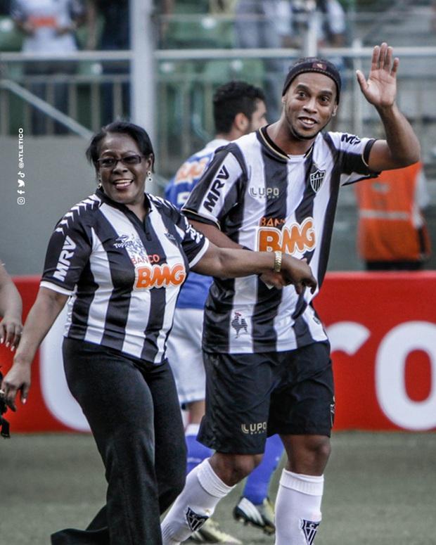 Mẹ Ronaldinho qua đời ở tuổi 71 sau khi nhiễm Covid-19 - Ảnh 2.
