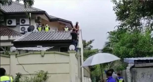 Đi ăn trộm bị chó đuổi sợ chết khiếp, gã đàn ông nhảy tót lên mái nhà, không ai nhịn được cười khi thấy bộ dạng của hắn lúc bị bắt - Ảnh 1.