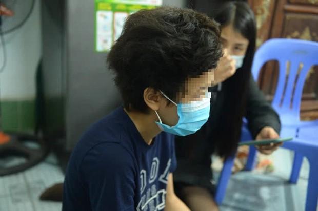 Mẹ bé gái 12 tuổi bị bạo hành, xâm hại tình dục ở Hà Nội: Vớ được cái gì ở ngoài đường là đánh nó bằng cái đấy - Ảnh 1.