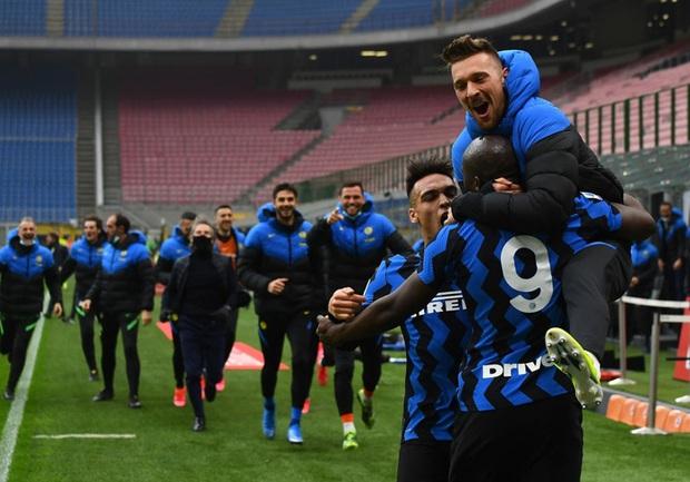 Song sát Lu - La chói sáng, Inter Milan quật ngã AC trong trận cầu 6 điểm tranh chức vô địch - Ảnh 9.