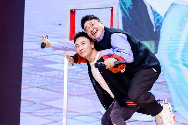Cặp siêu quậy Thiếu Lâm Tiểu Tử bất ngờ tái hợp sau 27 năm, còn hôn nhau thắm thiết làm fan suýt đẩy thuyền - Ảnh 4.