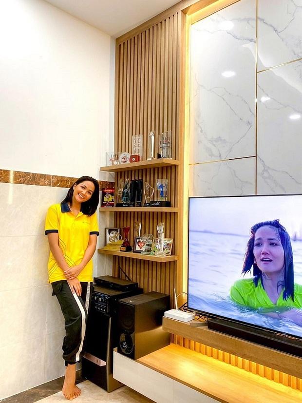 Sao Việt xây nhà báo hiếu bố mẹ: Biệt thự nhà Quốc Trường 25 tỷ, Thuỷ Tiên mua nhà cho mẹ khi còn ở thuê - Ảnh 4.
