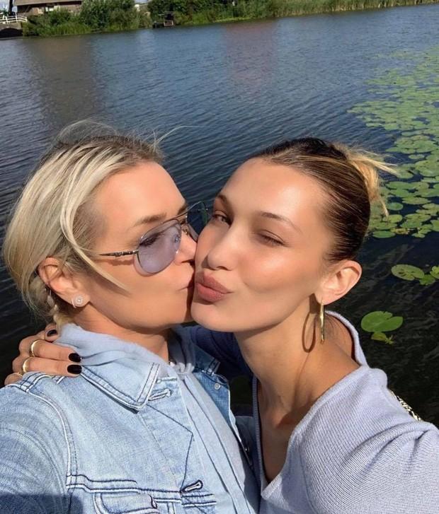 Bà mẹ đặc biệt của cặp chị em người mẫu hot nhất Hollywood Bella - Gigi Hadid: Từ siêu mẫu thành vệ sĩ, stylist kiêm paparazzi cho con - Ảnh 2.