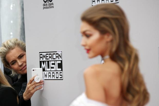 Bà mẹ đặc biệt của cặp chị em người mẫu hot nhất Hollywood Bella - Gigi Hadid: Từ siêu mẫu thành vệ sĩ, stylist kiêm paparazzi cho con - Ảnh 8.
