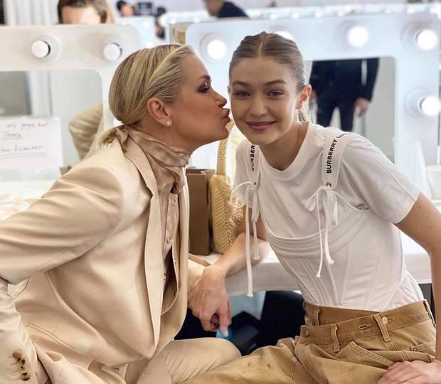 Bà mẹ đặc biệt của cặp chị em người mẫu hot nhất Hollywood Bella - Gigi Hadid: Từ siêu mẫu thành vệ sĩ, stylist kiêm paparazzi cho con - Ảnh 13.