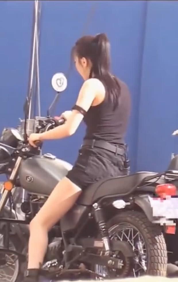Ảnh Nhiệt Ba cưỡi xe ở hậu trường gây sốt Weibo: Bộ đồ bó sát phô diễn body siêu nuột, góc nghiêng ẩn hiện mà vẫn quá đỉnh - Ảnh 8.