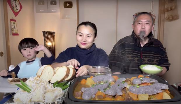 Gia đình Quỳnh Trần JP khiến fan hú hồn vì ăn nguyên đàn thạch sùng khổng lồ, song biểu cảm lầy lội của ông xã cô mới thực sự hài hước - Ảnh 5.