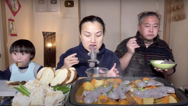 Gia đình Quỳnh Trần JP khiến fan hú hồn vì ăn nguyên đàn thạch sùng khổng lồ, song biểu cảm lầy lội của ông xã cô mới thực sự hài hước - Ảnh 8.