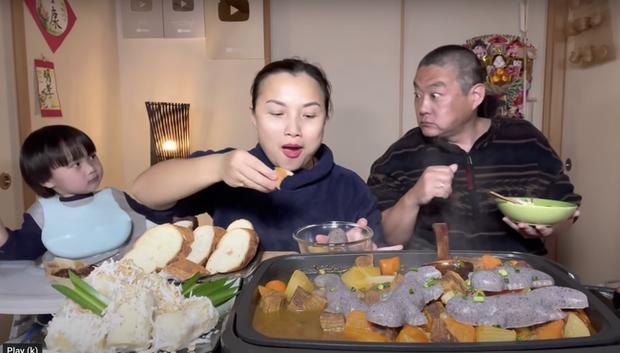 Gia đình Quỳnh Trần JP khiến fan hú hồn vì ăn nguyên đàn thạch sùng khổng lồ, song biểu cảm lầy lội của ông xã cô mới thực sự hài hước - Ảnh 9.