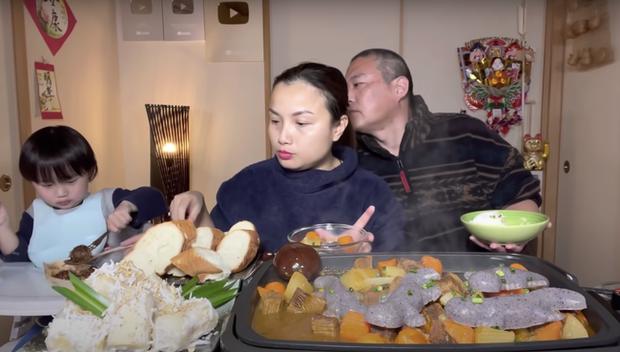 Gia đình Quỳnh Trần JP khiến fan hú hồn vì ăn nguyên đàn thạch sùng khổng lồ, song biểu cảm lầy lội của ông xã cô mới thực sự hài hước - Ảnh 10.