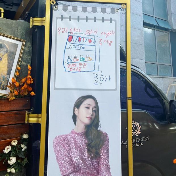 Xe cà phê hot nhất Kbiz: Mỹ nhân Vườn Sao Băng được ông xã Lee Byung Hun gửi tặng, chi tiết về quý tử 6 tuổi bí ẩn gây sốt - Ảnh 4.