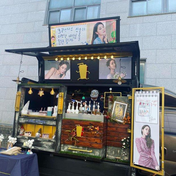 Xe cà phê hot nhất Kbiz: Mỹ nhân Vườn Sao Băng được ông xã Lee Byung Hun gửi tặng, chi tiết về quý tử 6 tuổi bí ẩn gây sốt - Ảnh 2.
