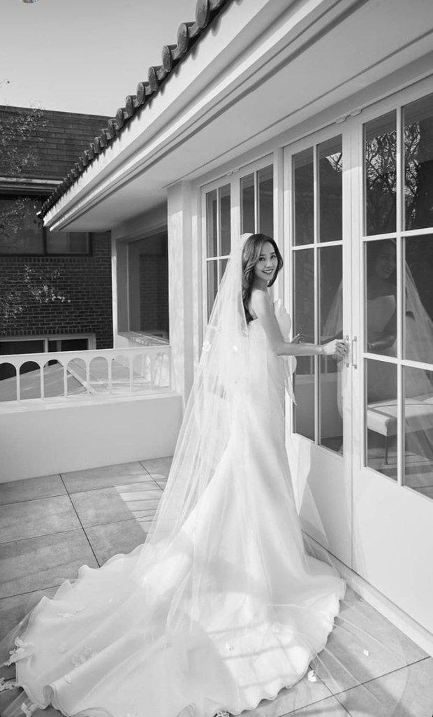 Cả xứ Hàn đang dậy sóng vì ảnh cưới của tiểu tam Eugene trong Penthouse 2, nhìn thế này ai nghĩ đã là mẹ 2 con - Ảnh 4.