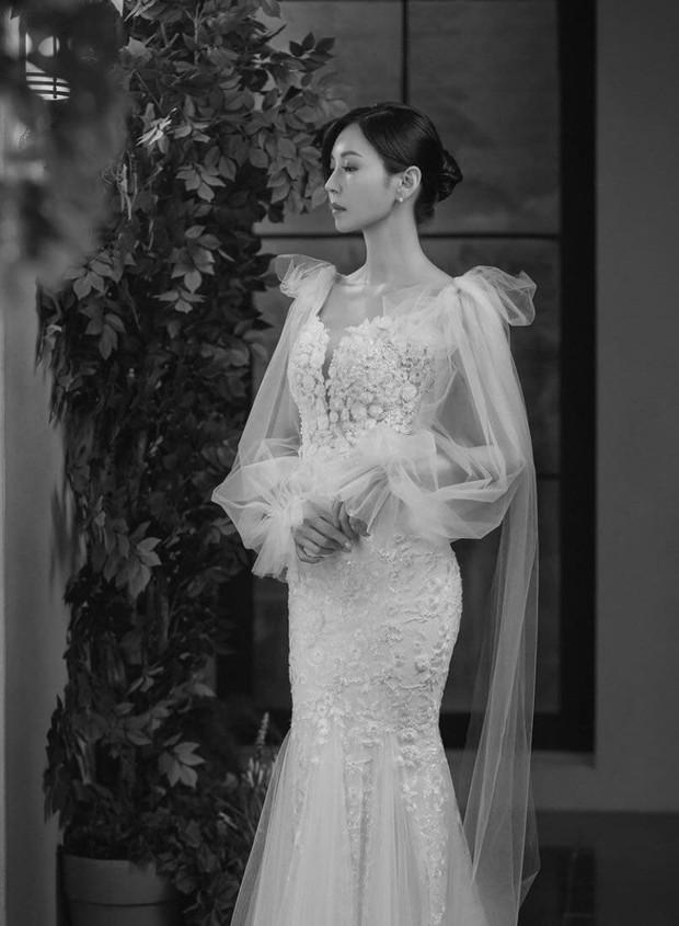 Couple hot nhất Penthouse tung ảnh cưới: Không phải màn khóa môi, body tuyệt mỹ của ác nữ Kim So Yeon mới là tâm điểm - Ảnh 7.