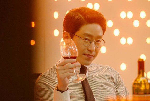 Dượng Ju Dan Tae của Penthouse 2: từng dính tin đồn yêu đồng tính thành viên Super Junior, 45 tuổi vẫn độc thân vì cuồng nhan sắc Song Hye Kyo? - Ảnh 1.