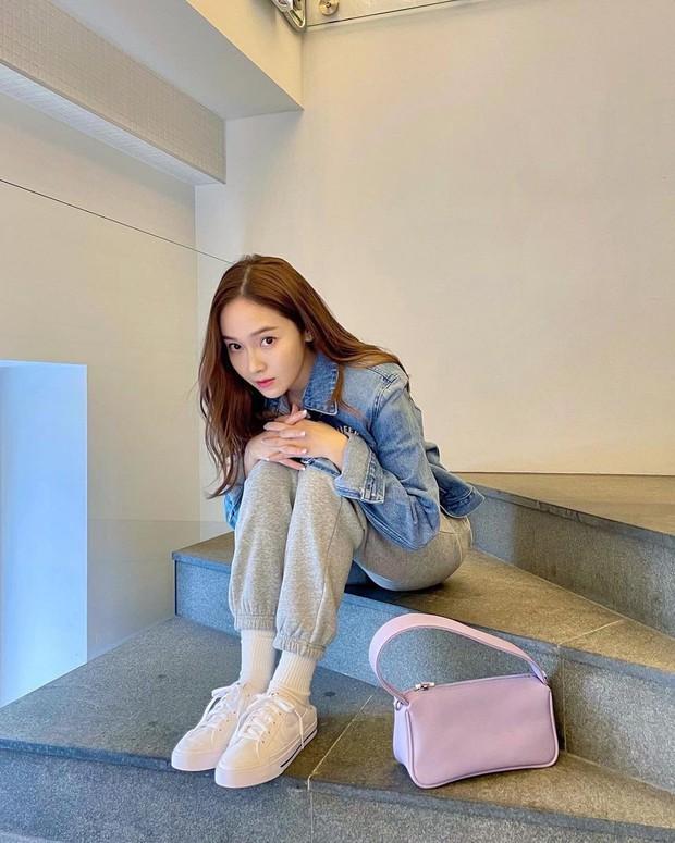 Jessica khoe visual như gái 18, netizen soi vào áo denim và phát hiện ngay chi tiết liên quan tới Jennie - Ảnh 2.