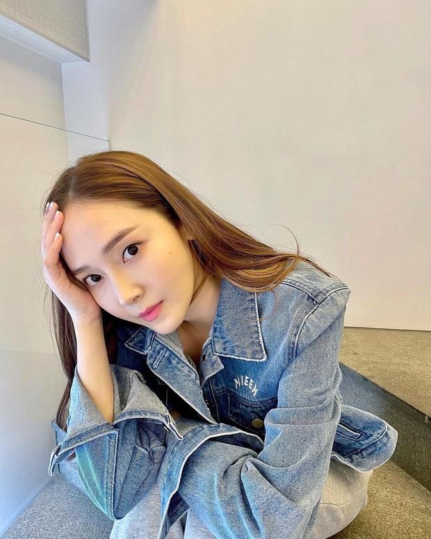Jessica khoe visual như gái 18, netizen soi vào áo denim và phát hiện ngay chi tiết liên quan tới Jennie - Ảnh 1.