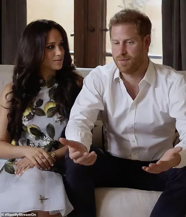 Hình ảnh mới nhất của vợ chồng Meghan Markle xuất hiện giữa lùm xùm bị Nữ Hoàng Anh lấy lại tất cả, Harry thu hút chú ý với biểu cảm khác lạ - Ảnh 1.