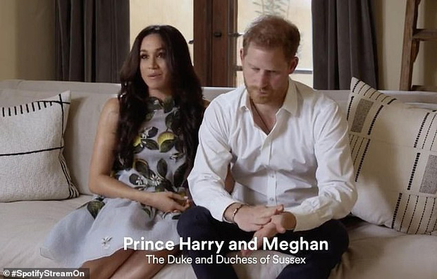 Hình ảnh mới nhất của vợ chồng Meghan Markle xuất hiện giữa lùm xùm bị Nữ Hoàng Anh lấy lại tất cả, Harry thu hút chú ý với biểu cảm khác lạ - Ảnh 2.