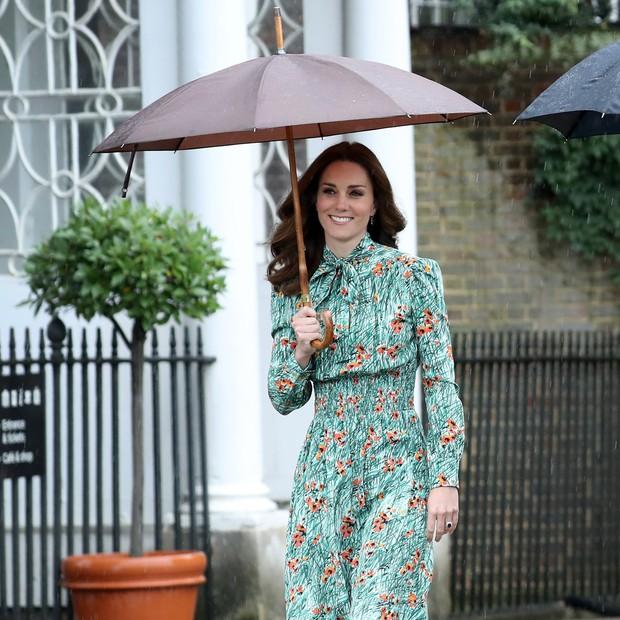 Những lần Hoàng gia Anh dùng trang phục để phát đi thông điệp bí mật: Hoá ra không chỉ sang trọng mà còn thật tinh tế - Ảnh 2.