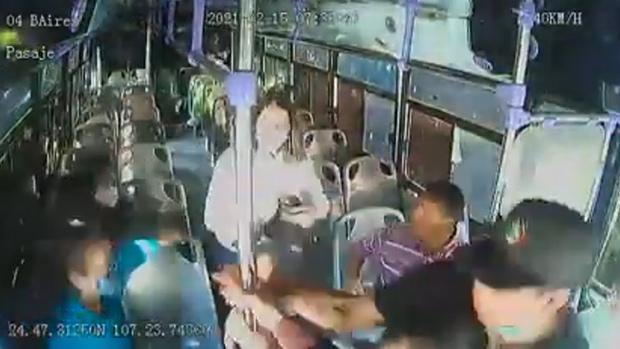 Cô gái bất ngờ bị bạn trai cũ đâm dao liên tiếp 30 lần trên xe buýt, hành động không ngờ của rất nhiều hành khách còn lại gây tranh cãi kịch liệt - Ảnh 3.