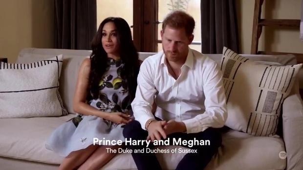 Hình ảnh mới nhất của vợ chồng Meghan Markle xuất hiện giữa lùm xùm bị Nữ Hoàng Anh lấy lại tất cả, Harry thu hút chú ý với biểu cảm khác lạ - Ảnh 3.