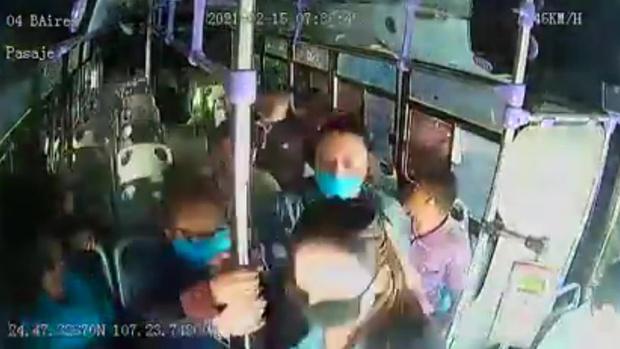 Cô gái bất ngờ bị bạn trai cũ đâm dao liên tiếp 30 lần trên xe buýt, hành động không ngờ của rất nhiều hành khách còn lại gây tranh cãi kịch liệt - Ảnh 2.