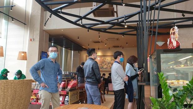 Đi uống cà phê, hàng trăm người ở Hà Nội bị xử phạt vì không đeo khẩu trang, cố tình mở cửa hàng kinh doanh - Ảnh 2.